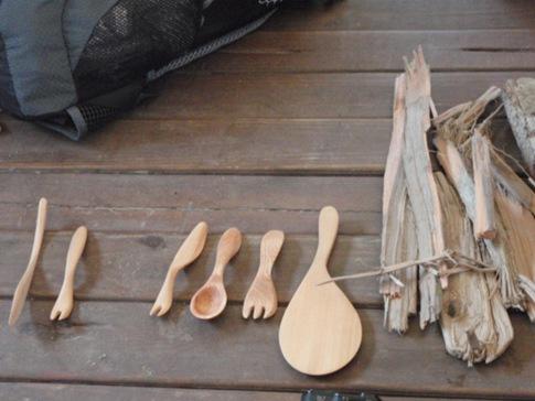 在大王菜舖子的志(換)工利用漂流木雕成的精緻廚具